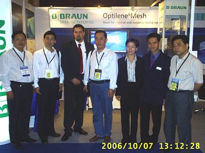 疝气专家喻修昌(左一)应邀在印度新德里参加亚太地区疝病学术交流会时与各国专家合影