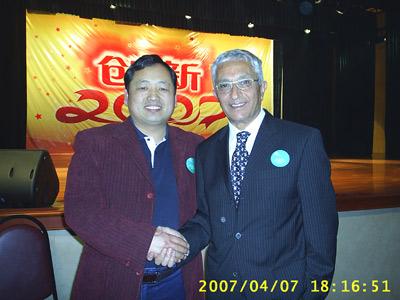 疝气专家喻修昌与爱米德在北京握手